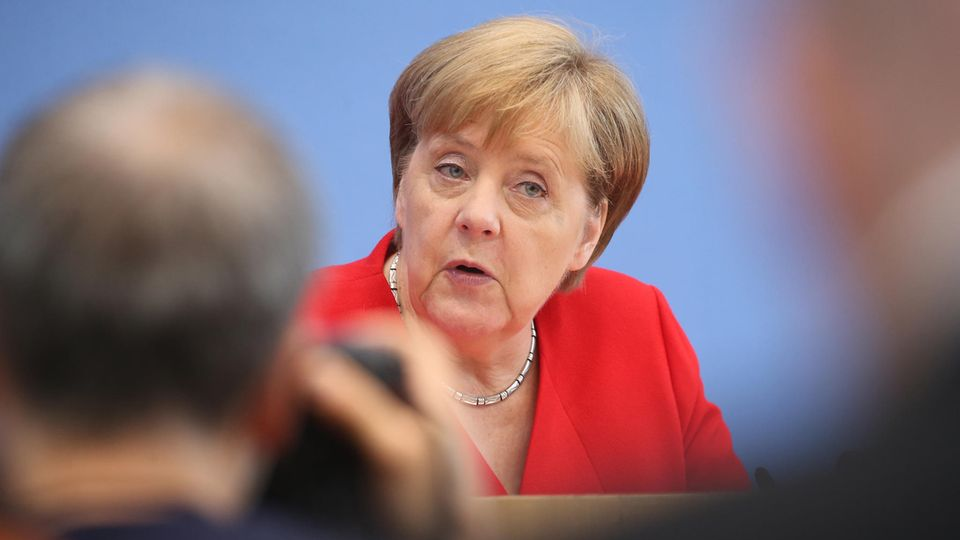 Angela Merkel spricht auf der alljährlichen Sommer-Pressekonferenz zu Journalisten