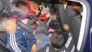 Foto der auf der Rückbank eingepferchten Kinder