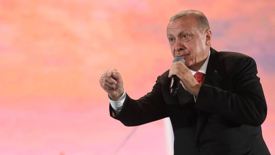 Präsident Erdogan spricht zu seinen Anhängern (Archivbild)