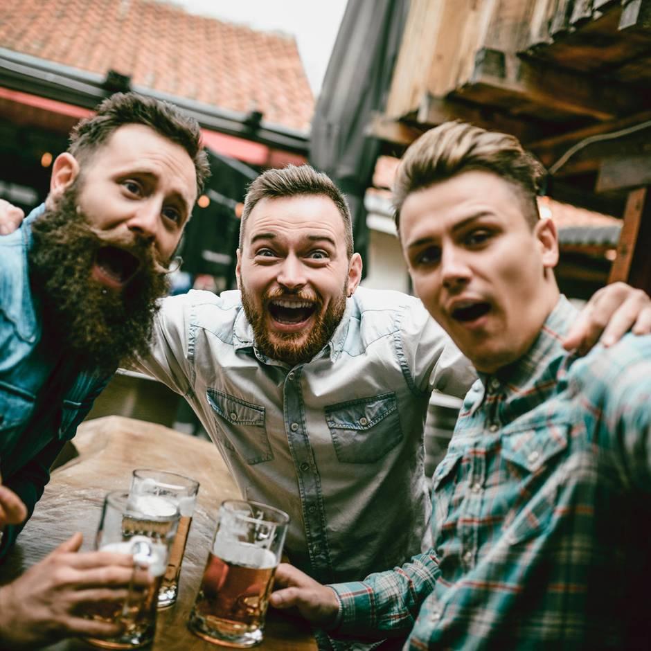Betrunken Flug gebucht: Eigentlich wollten sie nur in Edinburgh ein Bier trinken – es folgt ein legendärer Trip
