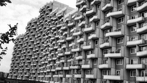 Ein Hochaus mit unzähligen Balkonen