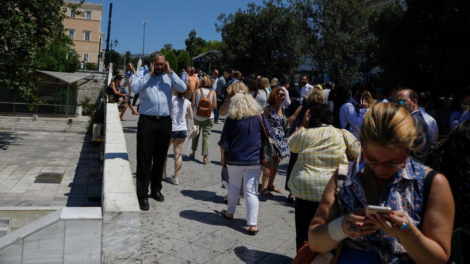 Angestellte einer Athener Firma nach dem Erdbeben