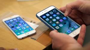 Ein Mensch hält ein iPhone in der Hand