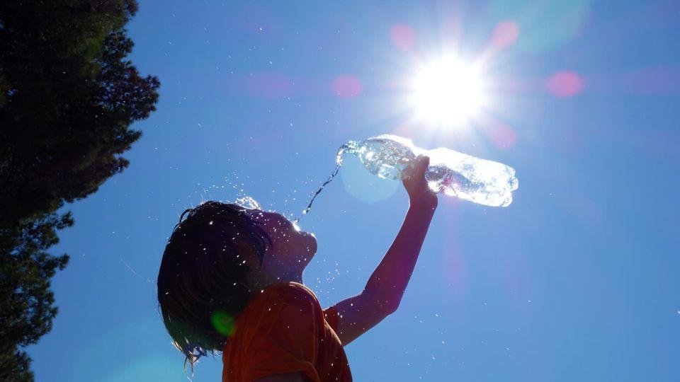 Hitzewelle: Ein Kind trinkt Wasser