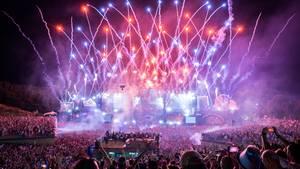 Boom, Belgien: Es ist eines der weltweit größten Musikfestivals im Bereich der elektronischen Tanzmusik: Das Festival Tomorrowland gibt es seit 2005. Im vergangenen Jahr kamen 400.000 Zuschauer. Als am Freitagabend DJ Tiesto auf der Hauptbühne auftritt, wird ein großes Feuerwerk gezündet.