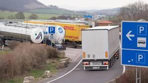 Ein Laster fährt auf eine Autobahn-Raststätte