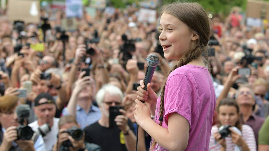 """20. Juli 2019  Greta Thunberg fordert in Berlin schnelles Handeln der Politik in der Klimakrise  Die schwedische Klimaaktivistin Greta Thunberg hat bei einer Kundgebung der Fridays-for-Future-Bewegung in Berlin ein schnelles Handeln in der Klimakrise gefordert. Vor mehreren tausend Teilnehmern im Invalidenpark in Berlin-Mitte rief sie Politiker, Wirtschafts- und Medienvertreter am Freitag dazu auf, sich noch stärker für den Klimaschutz einzusetzen. """"Für uns junge Menschen reicht die Zeit nicht mehr, um erwachsen zu werden und die Verantwortung zu übernehmen. Es muss jetzt sofort etwas passieren."""""""