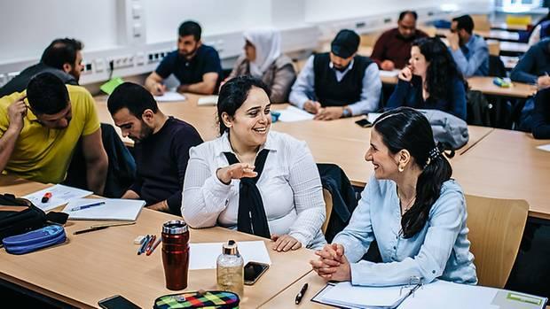 Die iranische Lehrerin Forough Khastkhodaie (2. v. r., vorn) im Seminar an der Universität Bochum Kasten