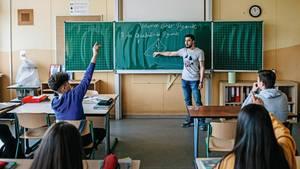 Im Mai unterrichtete Ali Alhalabieh noch als Hospitant an der Theodor-König-Gesamtschule in Duisburg. Nach den Sommerferien wird er dort als Vertretungslehrer anfangen.