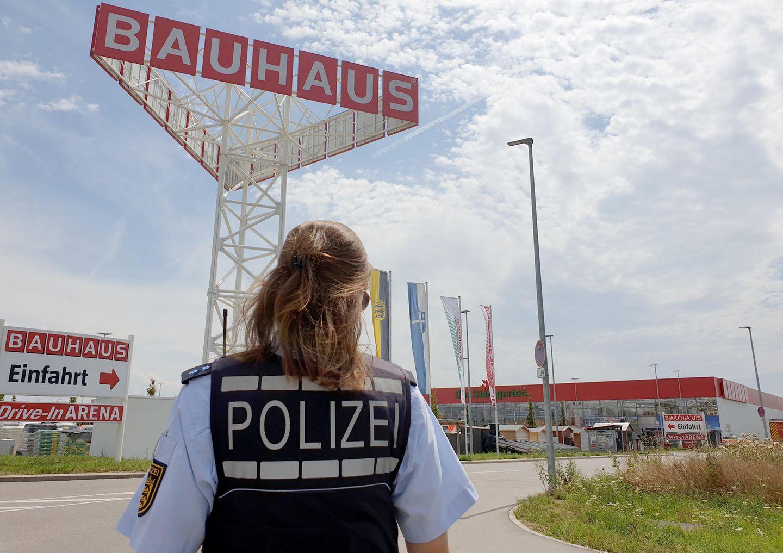 Eine Polizistin steht vor einem Baumarkt der Kette Bauhaus in Bruchsaal,Baden-Württemberg