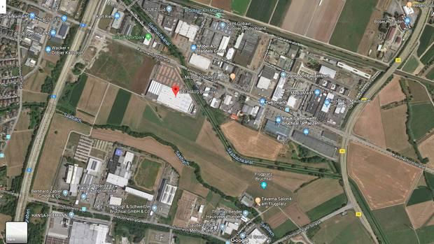 Die Piste des Flugplatzes Bruchsal (Bildmitte) befindet sich in unmittelbarer Nähe eines Industriegebietes