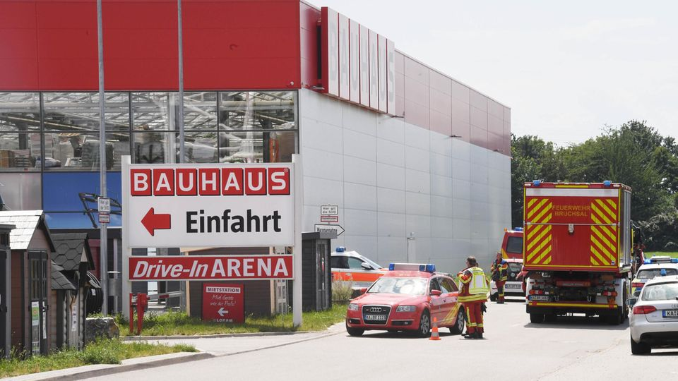 An einem Bauhaus Baumarkt in Bruchsal stehen Einsatzfahrzeuge der Feuerwehr.