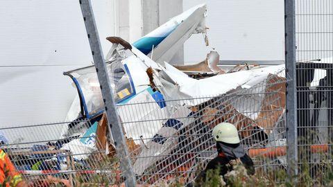An der Fassade eines Bauhaus Baumarktes liegen die Trümmer eines Kleinflugzeugs, das dort um Samstagmittag abgestürzt ist.