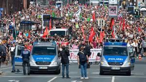 Rechtsextremer Aufzug in Kassel: Teilnehmer einer Gegendemo gehen durch die Stadt