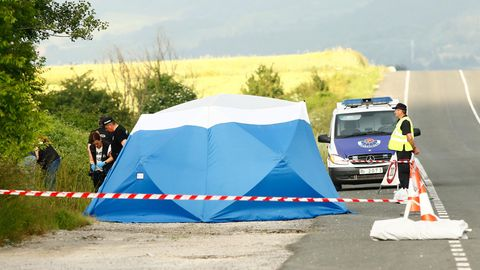 Mordfall Sophia Lösche: Polizisten sichern am Fundort einer Frauenleiche, nahe der Autobahn bei Asparrena, Spuren.