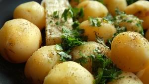 Kalorien und resistente Stärke: Kartoffeln liegen in einer Pfanne