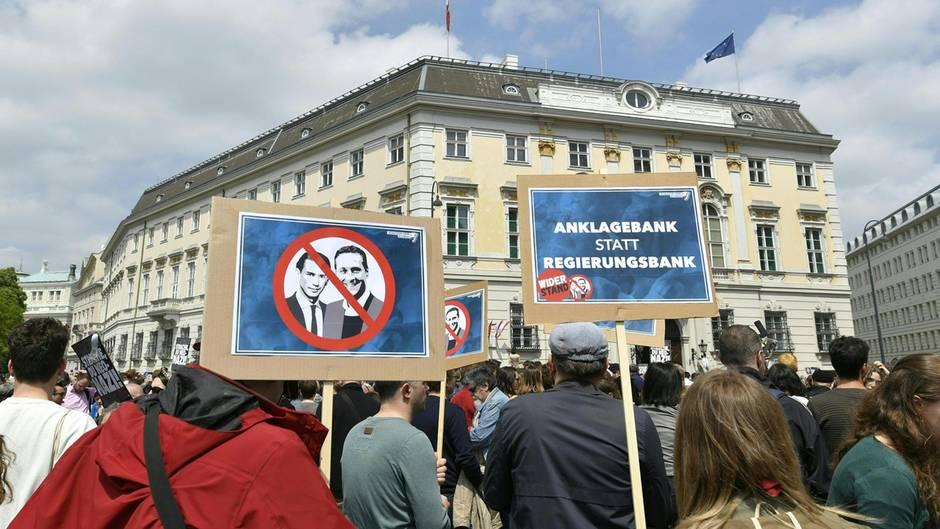 Demonstration im Mai am Ballhausplatz vor dem Bundeskanzleramt in Wien