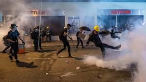 Demonstranten auf einer Straße in Hongkong