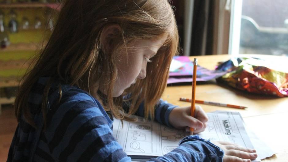 Eine Schülerin macht zuhause ihre Schulaufgaben