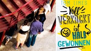 Jugendliche stehen unter einer Metalltreppe