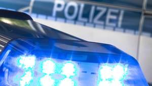 Nachrichten aus Deutschland Blaulicht auf einem Polizeiwagen in Niedersachsen