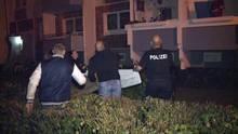 Nachbarn und Polizisten spannten Decken und Tücher um den möglicherweise abstürzenden Säugling auffangen zu können.
