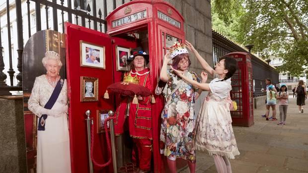 Royal: Chinesische Touristinnen setzen sich selbst ein Krönchen auf - für das echte königliche Erlebnis