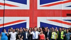 Boris Johnson (M.) verspricht goldene Zeiten, hier auf einer Wahlveranstaltung bei einem Schiffsbauer auf der Isle of Wight