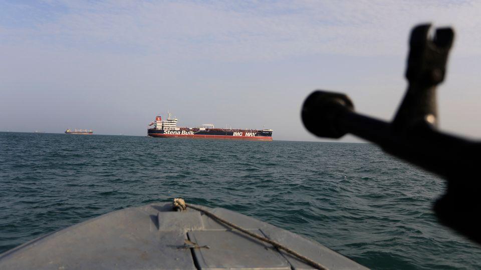 """Ein Schnellboot der iranischen Revolutionsgarden steuert auf den unter britischer Flagge fahrenden Öltanker """"Stena Impero""""zu"""