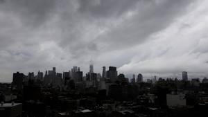 Dunkle Wolken ziehen über die Skyline von Manhatten.