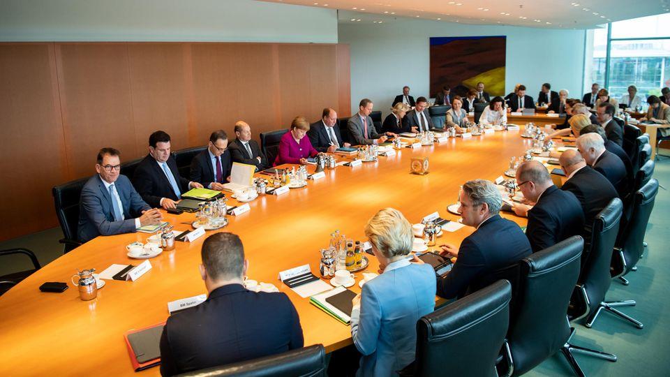 Die Kabinettsmitglieder sitzen zu Beginn der Kabinettssitzung im Bundeskanzleramt