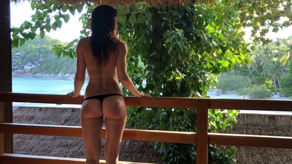 Marie Lang posiert auf einer thailändischen Insel