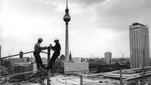 """Bauarbeiter bei Montagearbeiten an der Leuchtschrift auf dem """"Haus der Statistik"""". Das Foto wurde am 13. August 1969 aufgenommen."""