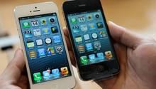 Zwei iPhone 4s werden nebeneinander gehalten