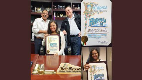 Die 16-jährige Studentin Hayley hält stolz ein Zertifikat in die Kamera