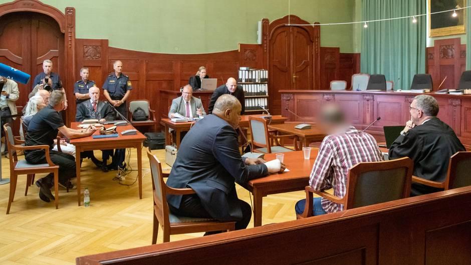 Blick in den Gerichtssaal in Bayreuth. Der Angeklagte ist der Zweite von rechts