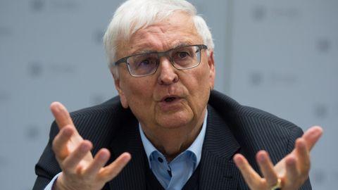 DFB-Chef Theo Zwanziger gibt seine Bundesverdienstkreuze zurück