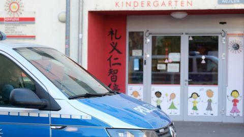 Ein Polizeifahrzeug fährt an einer der betroffenen Kindertagesstätten vorbei