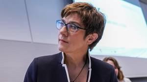 Annegret Kramp-Karrenbauer vor der Sondersitzung imPaul-Löbe-Haus