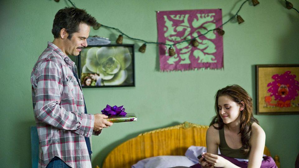 Kristen Stewart (spielt im Film Bella Swan) mit ihrem Filmvater Billy Burke.
