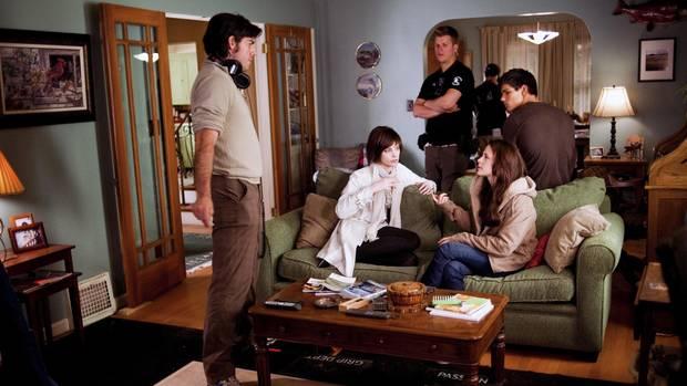Die DarstellerAshley Gree,Kristen Stewart und Taylor Lautner mit dem Regisseur Chris Weitz am Set von Twilight