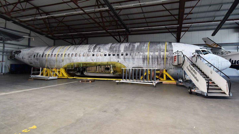 """Mit gestutzten Flügeln ruht der 30 Meter lange Rumpf der """"Landshut"""" seit Septmber 2017 in einem Hangar des Flughafens Friedrichshafen"""