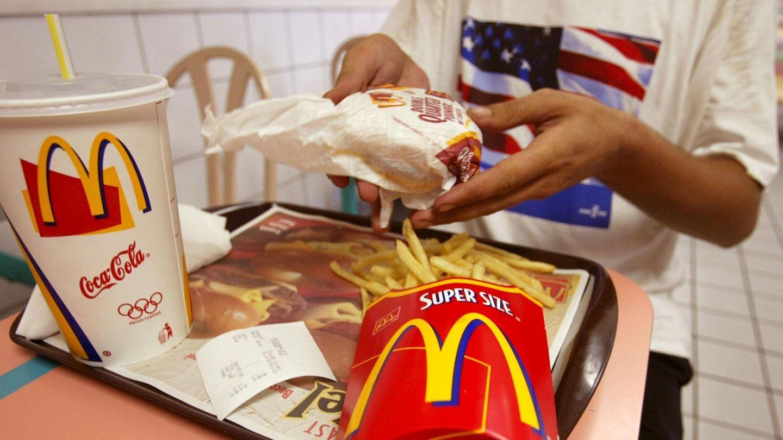 Ein Gast bei McDonalds greift nach einem Burger