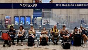 Gestrandete Reisende am Hauptbahnhof in Mailand
