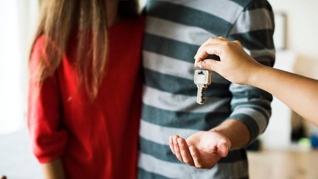 Paar bekommt Schlüssel