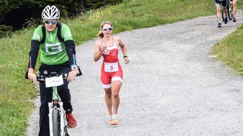 Nathalie Birli auf der Laufstrecke eines Triathlons in der Steiermark