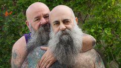 Zwei alte Männer mit langen Bärten und Tattoos