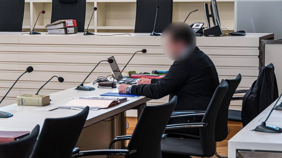 Der Angeklagte sitzt im Verhandlungssaal des Landgerichts (Archiv)