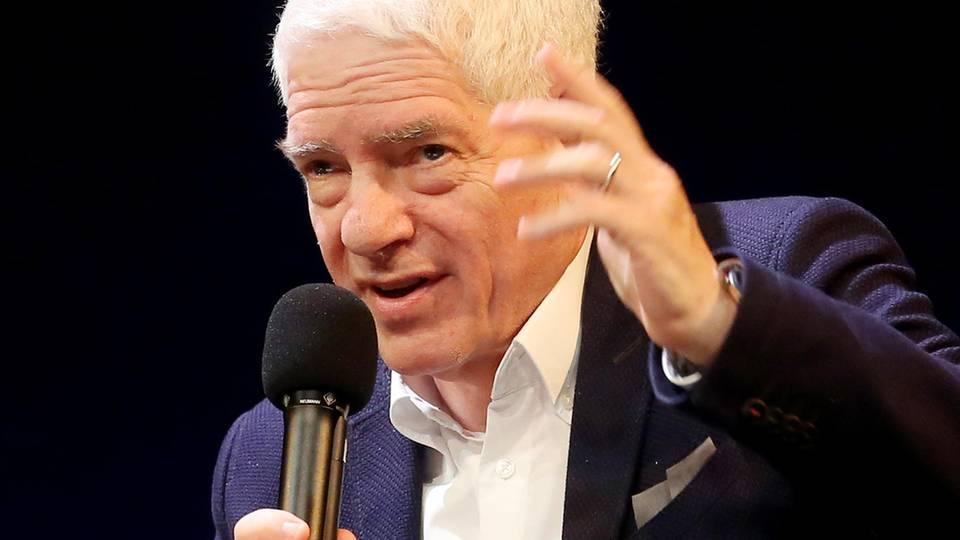 Josef Schuster, Präsident des Zentralrats der Juden in Deutschland, hält ein Mikrofon