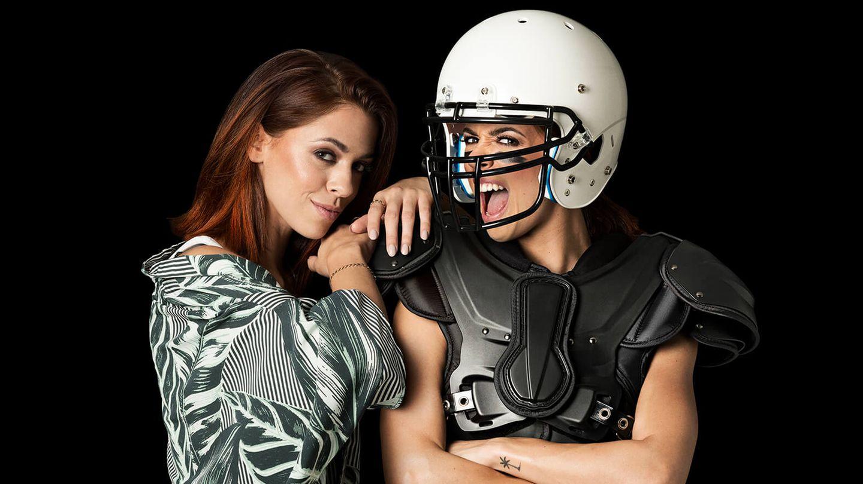 Vanessa Mai posiert für das Projekt in einer Football-Ausrüstung